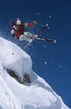 Skifahrer im mitten in der Luft über Schnee auf Ski Slope lizenzfreie stockfotografie