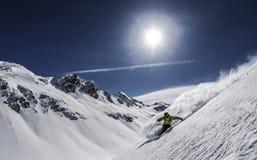 Skifahrer im Pulverschnee Lizenzfreie Stockfotografie