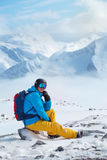 Skifahrer im Sturzhelm und in den Schutzbrillen Stockfoto