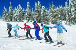Skifahrer kommen oben Stockfoto