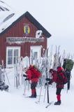 Skifahrer machend betriebsbereit zum Reisen lizenzfreies stockbild