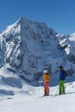 Skifahrer macht einen Bruch und genießt die Ansicht Stockfotografie