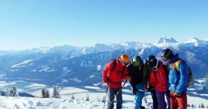 Skifahrer mit dem Ski, der auf schneebedeckter Landschaft aufeinander einwirkt stock footage