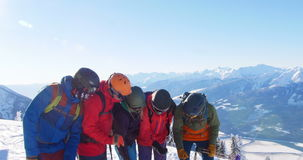Skifahrer mit dem Ski, der auf schneebedeckter Landschaft aufeinander einwirkt stock video
