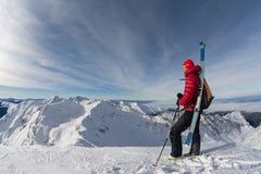 Skifahrer oben auf den Berg Stockfotografie