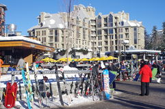Skifahrer-Piazza im Pfeifer-Dorf Stockfotografie