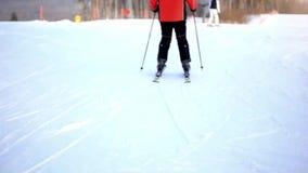 Skifahrer schiebt unten den Berg zu verwischt stock video footage