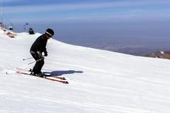 Skifahrer steigt vom Berg auf der Skipiste ab lizenzfreie stockfotografie
