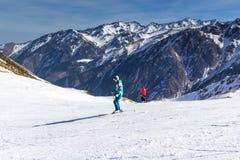 Skifahrer steigt vom Berg auf der Skipiste ab stockfotos