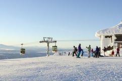 Skifahrer und Aufzuggondeln Ãre Lizenzfreies Stockbild