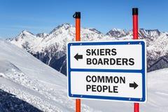 Skifahrer und Internatsschüler gegen Abstufung der gewöhnlichen Leute unterzeichnen Stockbild