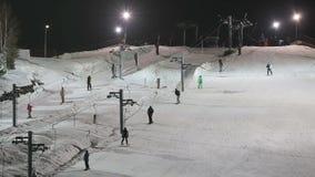 Skifahrer und Snowboarder auf einem Skiaufzug stock video