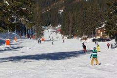 Skifahrer und Snowboarder, die guten Schnee genießen Stockfotos