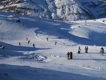 Skifahrer und Snowboarders Stockfoto