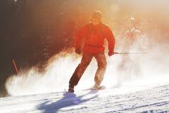 Skifahrer während des sonnigen Tages stockfotos