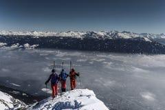 Skifahrer wandern oben einen Berg Stockbild
