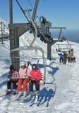 Skifahrer, welche die Dreiergruppe Chairlist am Berg Hutt Ski Field, NZ reiten Lizenzfreie Stockfotografie