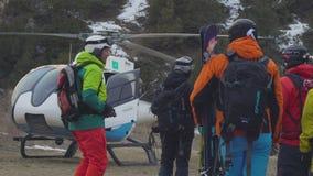 Skifahrer werden fertig, mit dem Hubschrauber zu fliegen Tian Shan-Berge, Shymkent, Kasachstan - Februar 2018 stock video footage
