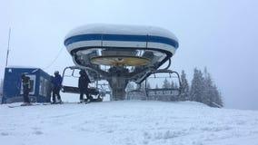 Skifahreraufstieg von der Sesselbahn stock video footage