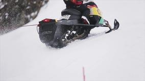 Skifahrerfahrt auf Schneemobil fahrung Griff auf Seil Makro des grünen Grases Extreme Liebhaberei schneebedeckt stock video