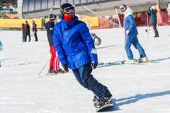 Skifahrerskifahren auf Deogyusan Ski Resort Lizenzfreies Stockfoto