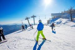 Skifahrerskifahren auf Deogyusan Ski Resort Stockbilder