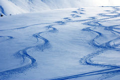 Skifahrerspuren auf Schneedünen Stockbilder
