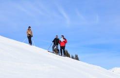 Skifahrersteigungen, die den Entwurf betrachten Ski Resort Courchevel stockfotos