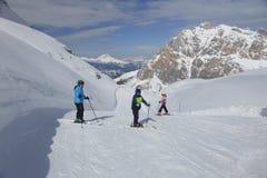Skifamilie royalty-vrije stock foto's