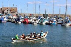 Skiff Anstruther d'aviron dans le port Anstruther Images libres de droits