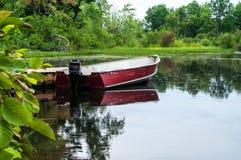 Skiff attaché à un dock Photos libres de droits