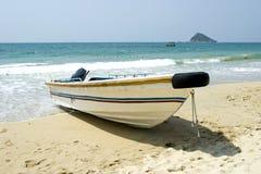 Skiff auf dem Strand lizenzfreie stockbilder