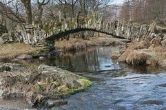 skiffertäckare för lake för broområde engelska arkivfoton