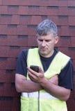 Skiffertäckare med en mobiltelefon royaltyfri bild