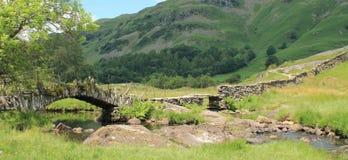Skiffertäckarebro landskap lilla Langdale Cumbria för område för sjö Royaltyfria Bilder