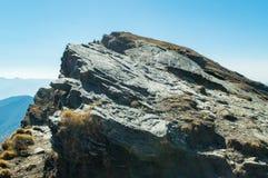 Skiffrig dekolletage vaggar en säregen typ av sedimentär sten i berg av Himalayas i Uttrakhand Indien Arkivbild