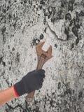 Skiftnyckel i en hand Arkivfoto
