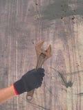 Skiftnyckel i en hand Royaltyfri Fotografi