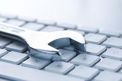 Skiftnyckel- och datortangentbord royaltyfri fotografi