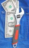 Skiftnyckel och dollar Arkivbilder