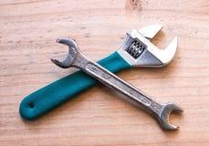Skiftnyckel och skruvnyckel royaltyfri fotografi