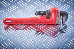 Skiftnyckel på kanaliserat begrepp för metallbakgrundskonstruktion fotografering för bildbyråer