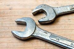 Skiftnyckel på trät arkivbild