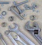 Skiftnyckel, skiftnyckel och olika bultar och muttrar Royaltyfria Bilder