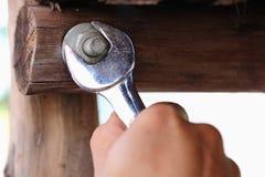 Skiftnyckeln drar åt muttern Stock Illustrationer