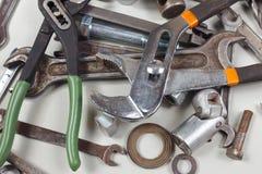 Skiftnycklar, huvud, bultar och muttrar för closeup för mekaniskt arbete royaltyfri bild