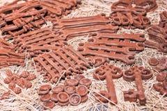 Skiftnycklar, knappar, sax, granater och tangenter som göras av choklad Arkivfoto
