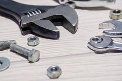 Skiftnycklar och skiftnycklar, muttrar - och - bultar på tabellen fotografering för bildbyråer