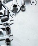 Skiftnycklar på den skrapade metallbakgrunden Royaltyfri Foto