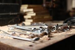 Skiftnycklar på en arbetsbänk Arkivfoto